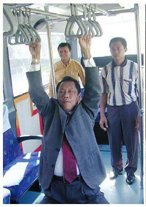 Pak Sutiyoso kepleset di busway